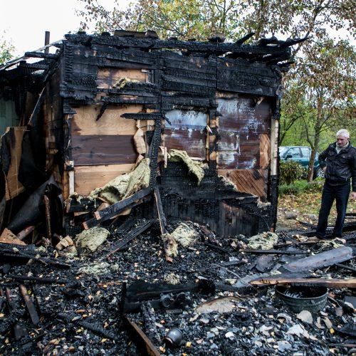 Sudegė trys sodo namukai