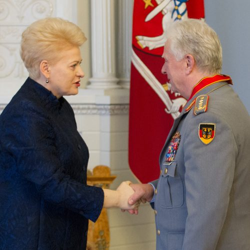 Vokietijos kariuomenės vadui įteiktas apdovanojimas  © V. Skaraičio / BFL nuotr.