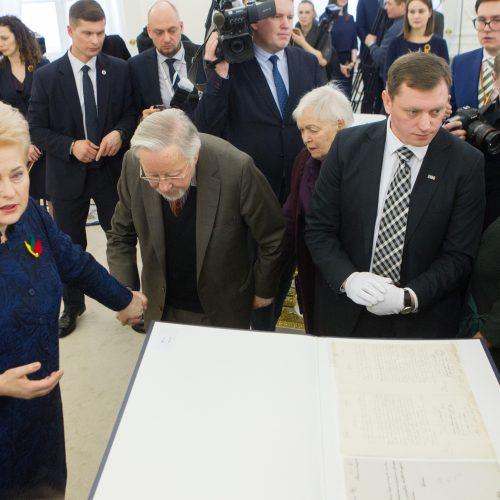 Vokietija Vasario 16-osios aktą perdavė Lietuvai  © V. Skaraičio / BFL, R. Dačkaus / Prezidentūros nuotr.