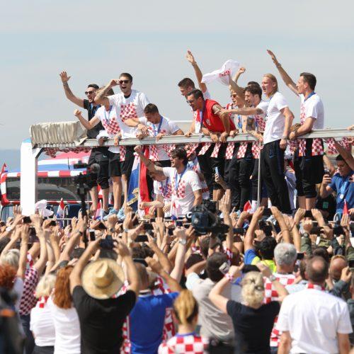 Zagrebe žmonių minia sveikino Kroatijos futbolininkus  © Scanpix, SIPA nuotr.