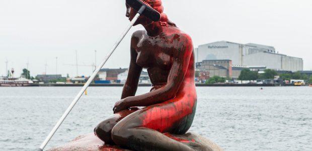 """Banginių medžioklės priešininkai subjaurojo Kopenhagos """"Undinėlę"""""""