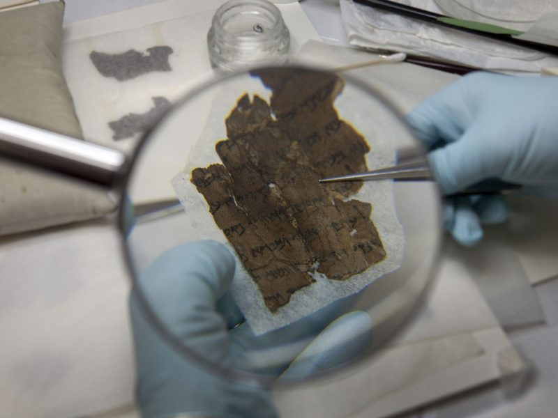 Mokslininkai šifruoja Negyvosios jūros rankraščius