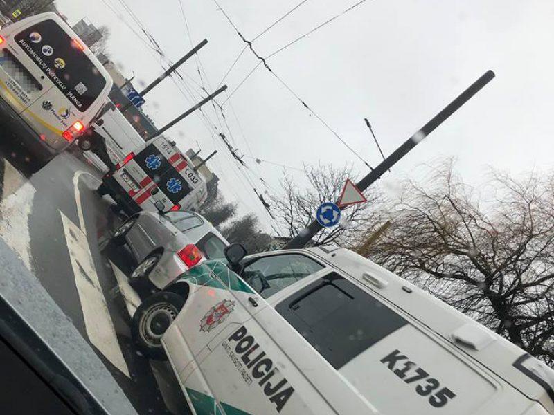"""Nelaimė Kaune: moters vairuojama """"Toyota"""" perėjoje partrenkė vyrą"""
