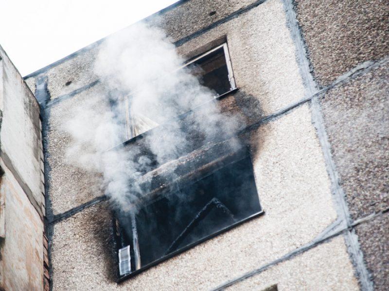 Dėl gaisro daugiabutyje – žmonių evakuacija