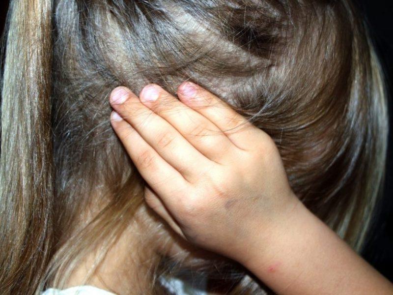 Mažeikiuose – girto motinos sugyventinio smurtas prieš vaiką