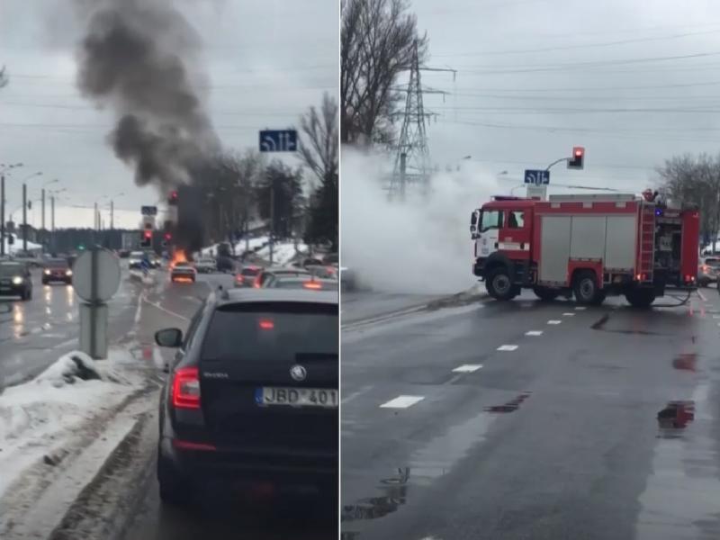"""Judrioje Vilniaus sankryžoje liepsnos prarijo """"Audi"""""""