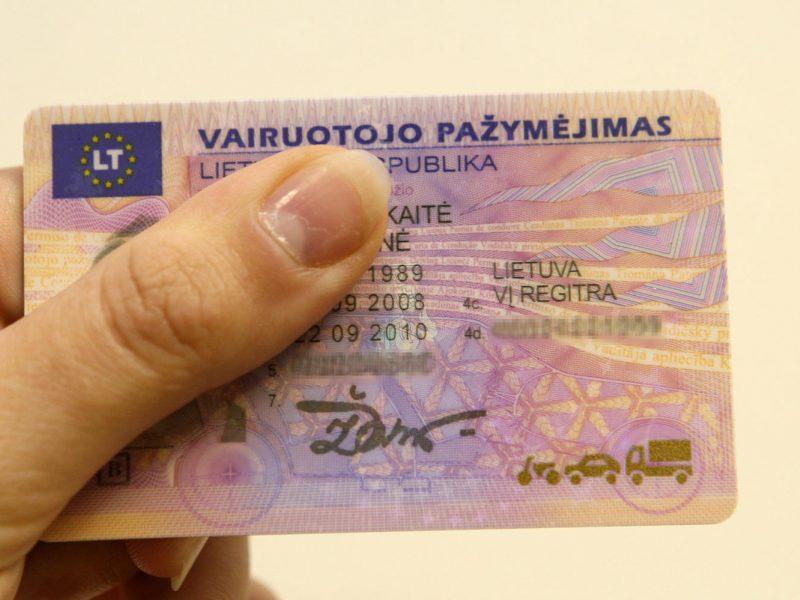 Svarstoma atsisakyti prievolės vežiotis vairuotojo pažymėjimą