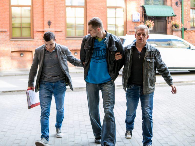 Įtariamasis pareigūnų sužalojimu atvežtas į teismą