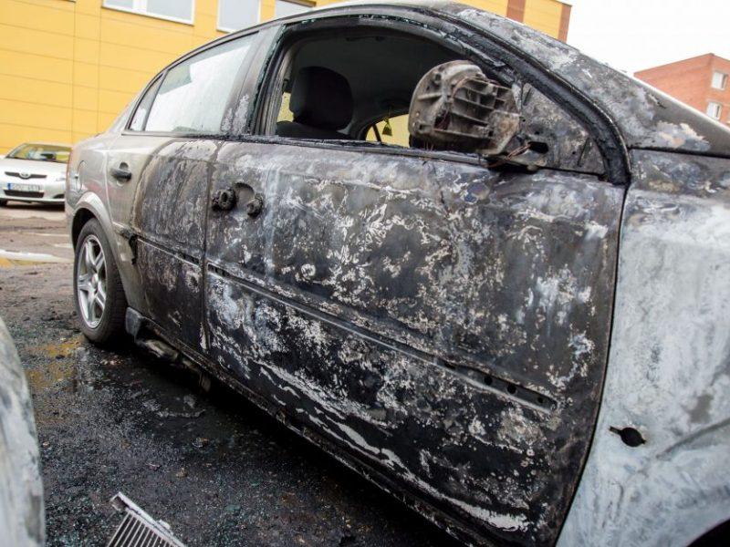 Vilniuje liepsnojo trys automobiliai