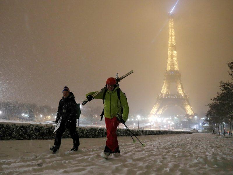 Paryžių užklupus sniegui uždarytas Eifelio bokštas
