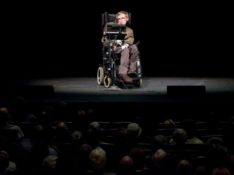 Astrofiziko S. Hawkingo vežimėlis parduotas aukcione beveik už 300 tūkst. svarų