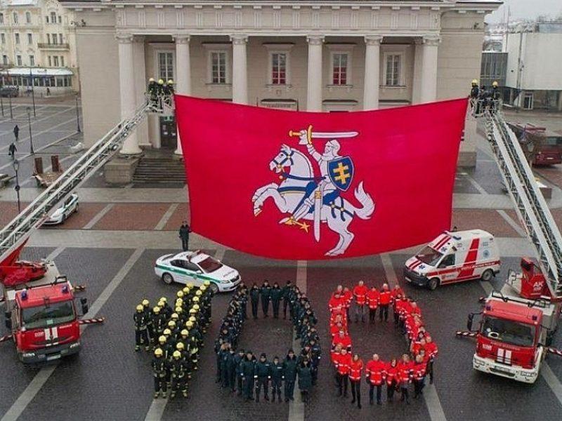 Trijų tarnybų pareigūnai sveikina Lietuvą
