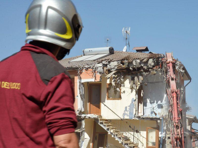 Italija aiškinasi, ar žemės drebėjimo aukų skaičių padidino aplaidumas
