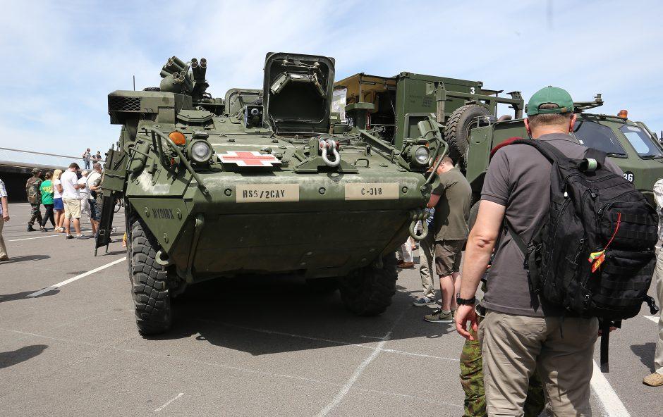 Pratybose dalyvaujančios karo technikos paroda
