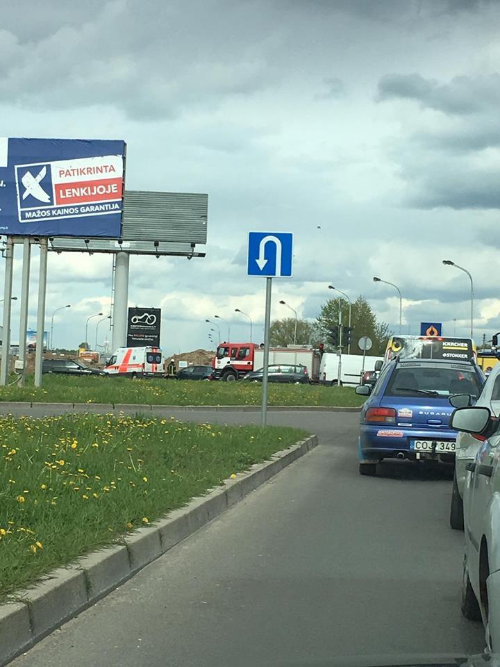 Judrioje Kauno sankryžoje susidūrė du automobiliai