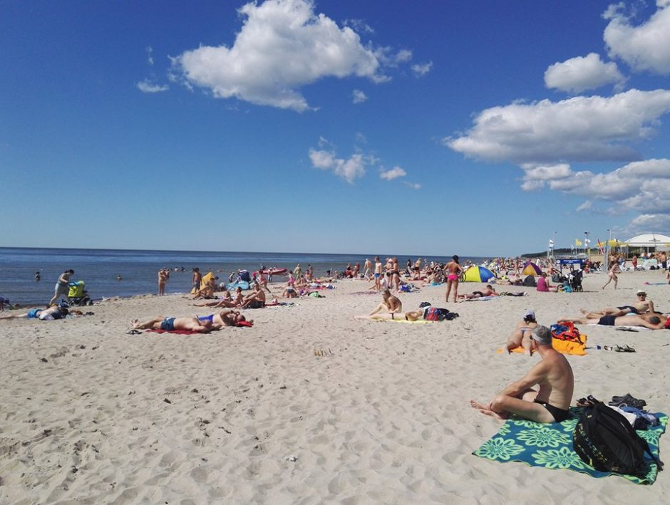 Poilsiautojai šturmavo pliažus, aikštelėse netilpo mašinos, susidarė spūstys