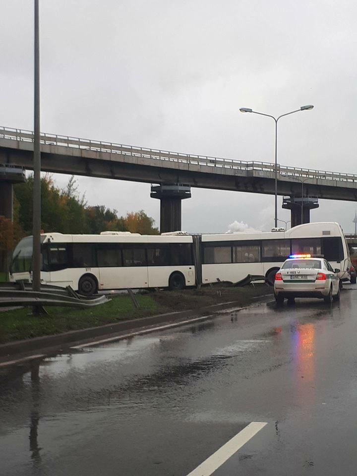 Vilniuje miesto autobusas tapo nevaldomas ir sukėlė avariją