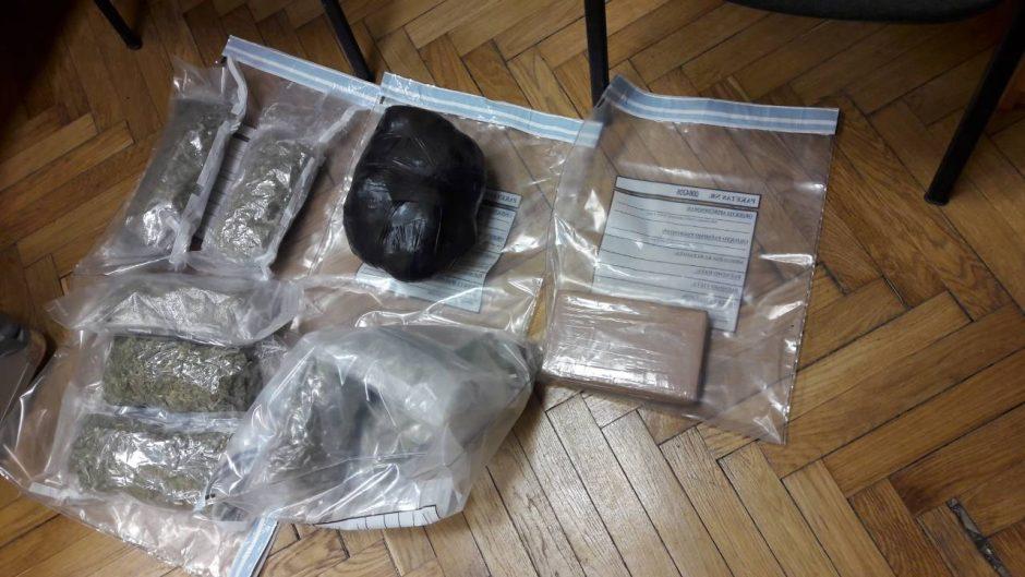 Įtariamieji narkotikų platintojai sulaikyti su kokainu rankose