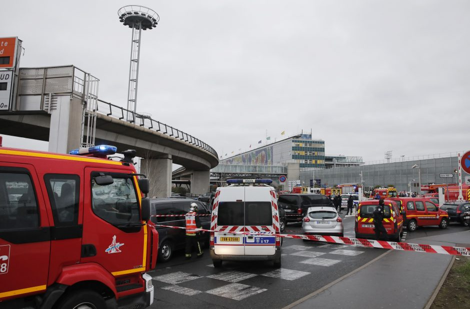 Paryžiaus Orli oro uoste nušautas karę užpuolęs vyras