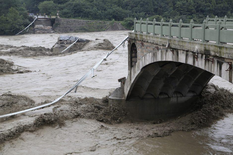 Kinijoje nuslinkusi žemės nuošliauža palaidojo 30-40 žmonių