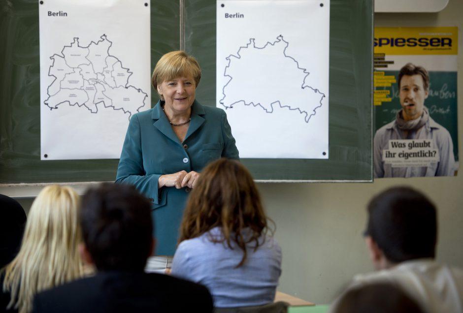 Fizikės diplomą turinti A. Merkel dvyliktokus mokė istorijos