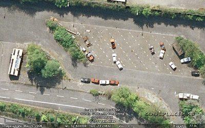"""""""Google Maps"""" užfiksuotas vaizdelis: gulintis autobusas ir keista automobilių stovėjimo aikštelė"""
