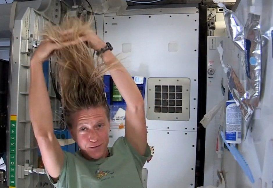 Astronautė demonstruoja, kaip kosmose plaunami plaukai