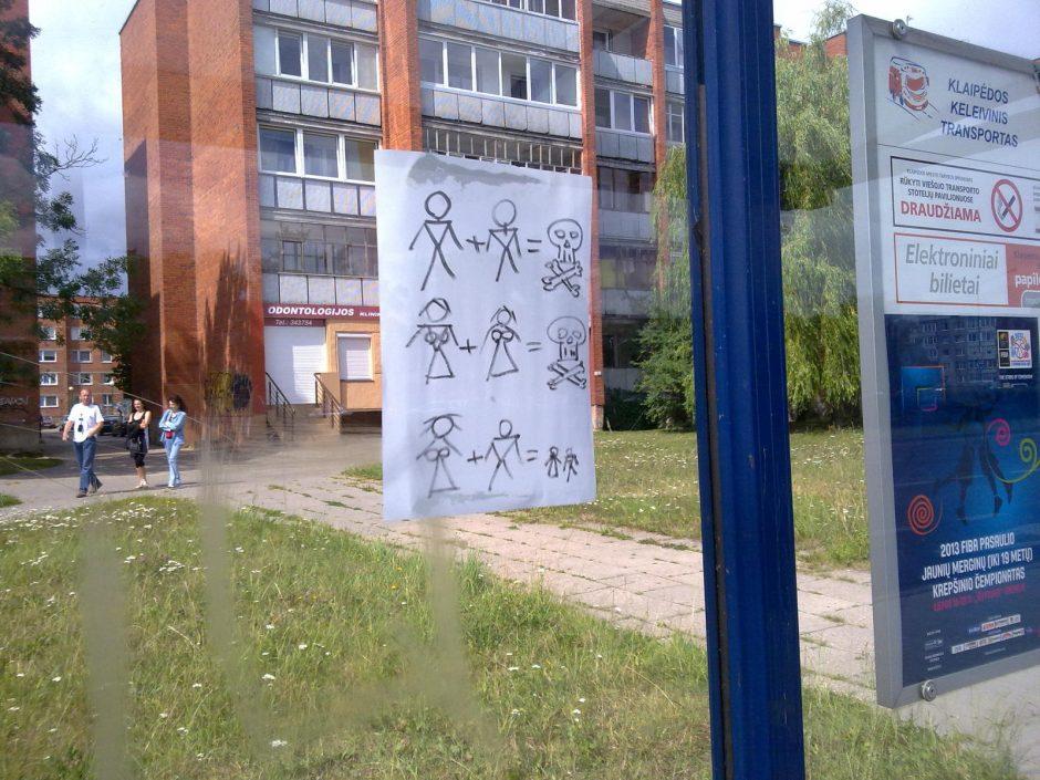 Klaipėdiečiai antipatiją homoseksualams išreiškė ranka pieštais paveiksliukais