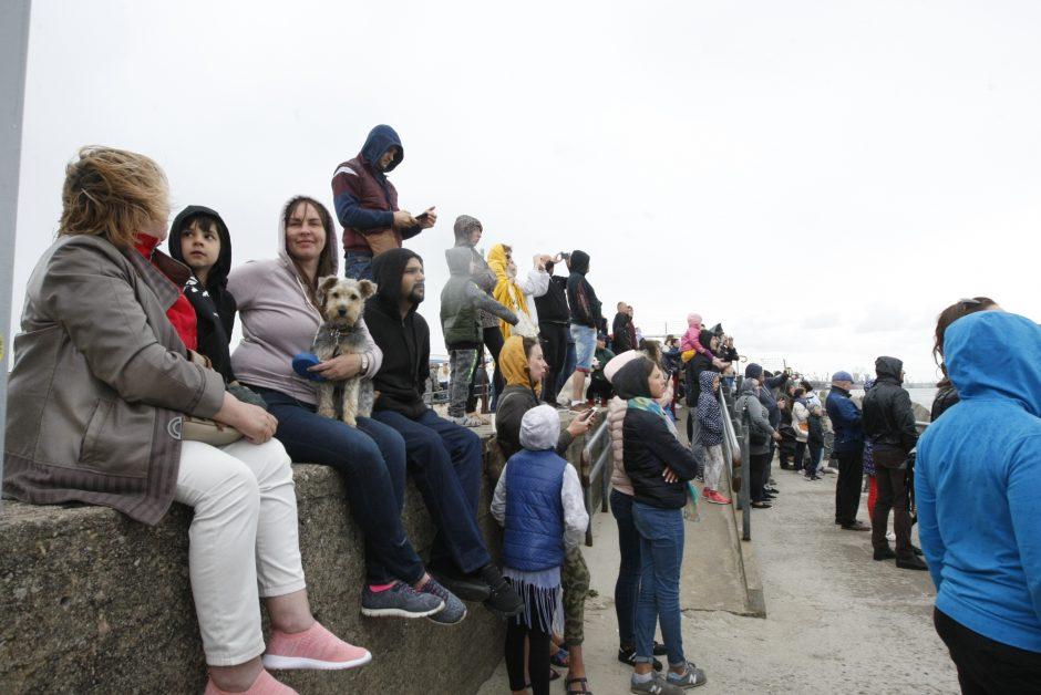 Šimtai klaipėdiečių prie uosto vartų pasitiko jūrų milžiną