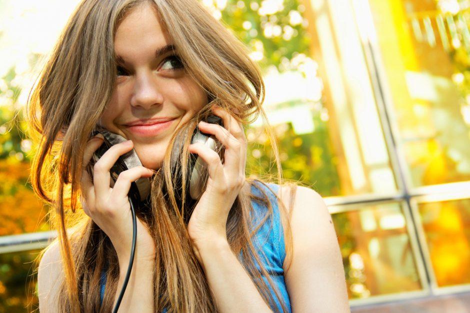 Kodėl muzikos geriausia klausytis užsimerkus?