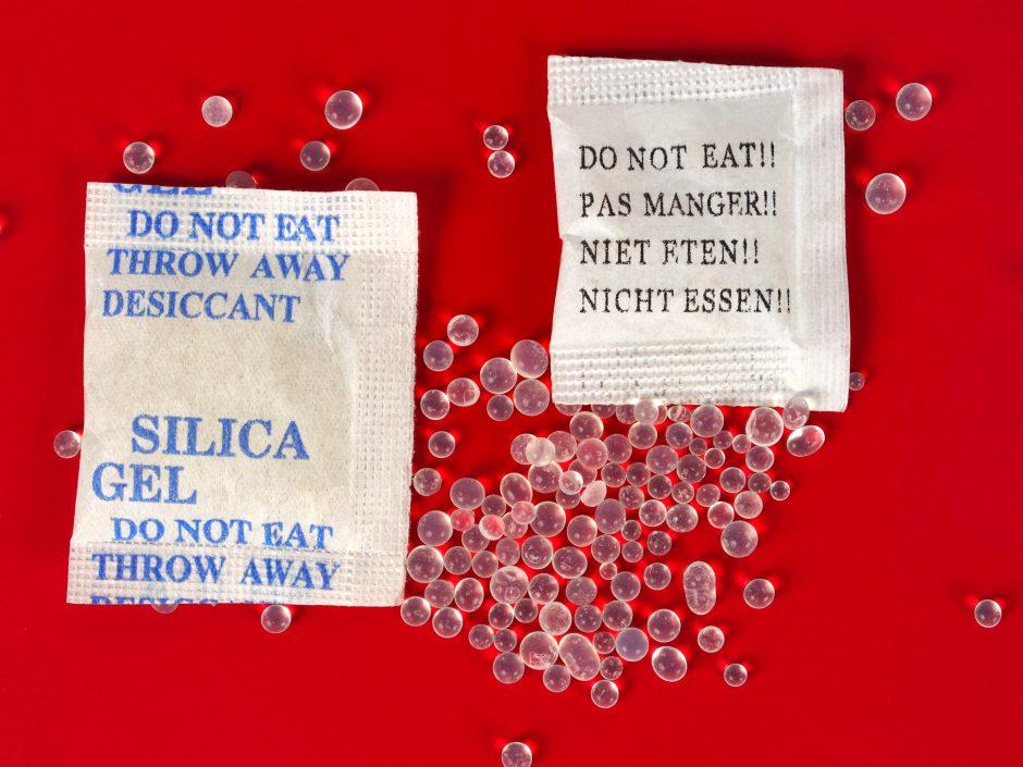 Kas nutiktų, jei suvalgytumėte drėgmę surenkantį maišelį?