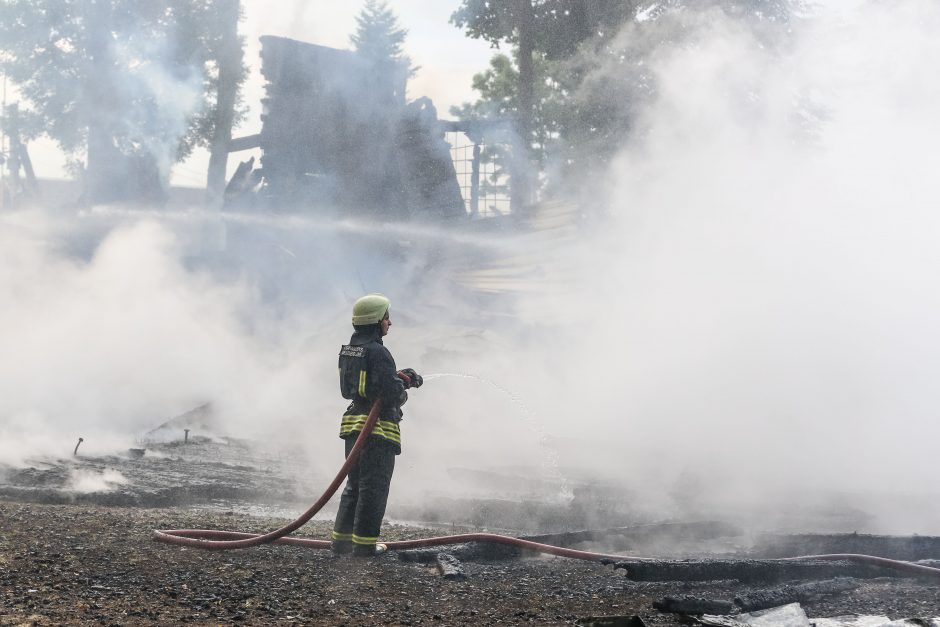 Naktį sudegė medinė Balbieriškio bažnyčia