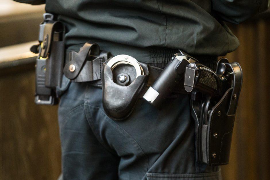 Įsiplieskė konfliktas tarp pareigūnų: policininkas spyrė valdininkui į koją