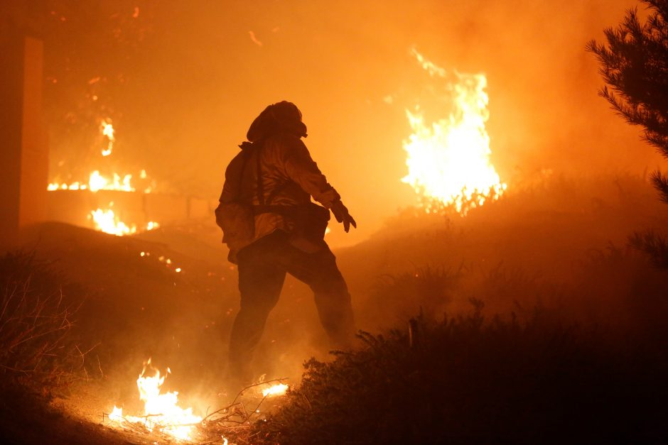 Kalifornijoje siautėja gaisrai, iškilo pavojus prabangiam Los Andželo rajonui