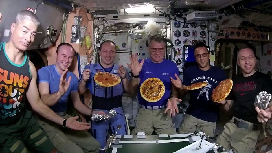 TKS astronautai surengė picų vakarėlį