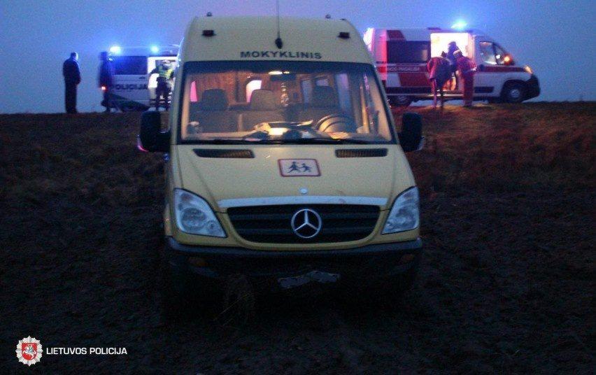 Skuodo rajone nuo kelio nuvažiavo mokyklinis autobusas: sužeisti du vaikai