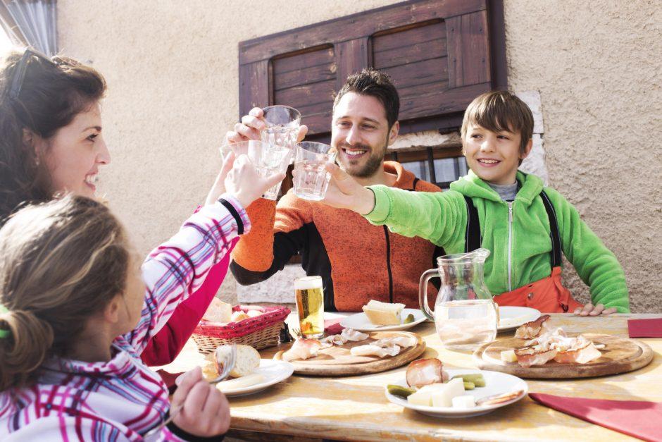 """Projektas """"Sveikatiada"""" atskleidė, kad vaikai mitybos įpročius perima iš tėvų"""