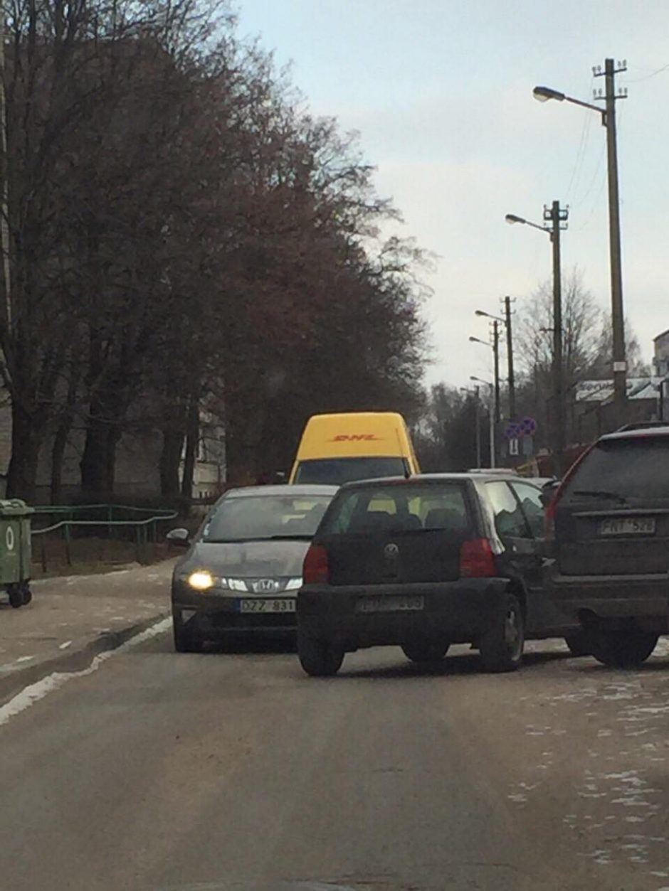 Karas keliuose: po vairuotojų kivirčo gatvė tapo nepravažiuojama