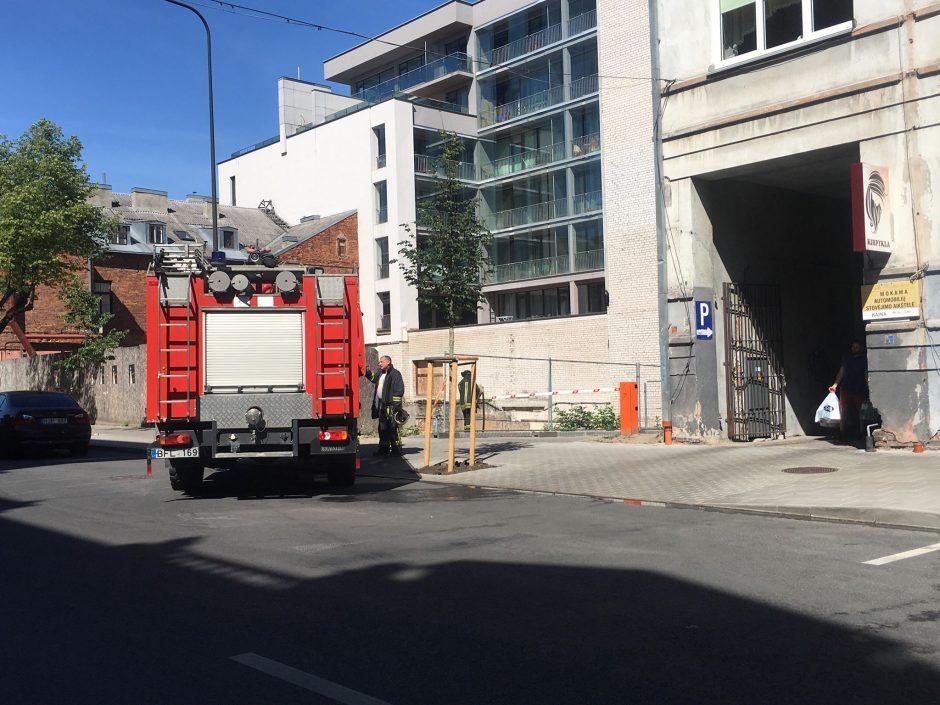 Į Kauno centrą skubėjo ugniagesiai – degė statybinės atliekos