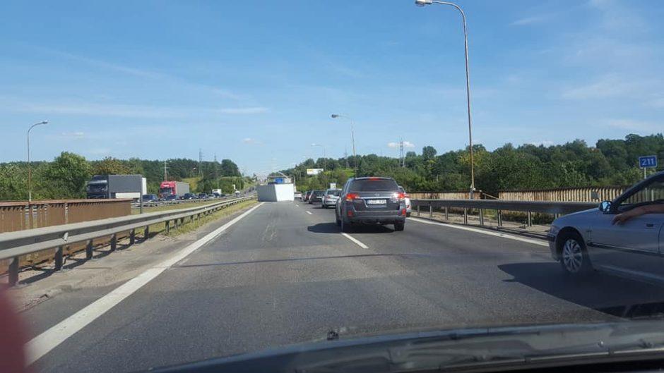 Netikėta kliūtis paralyžiavo eismą Kleboniškio tiltu