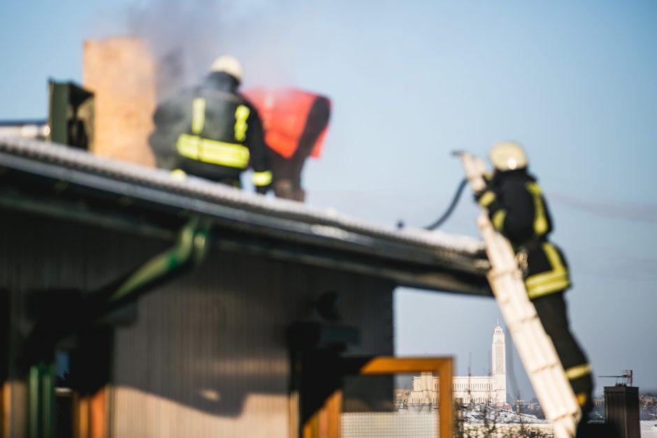Ugniagesius ant kojų sukėlė gaisras senelių namuose