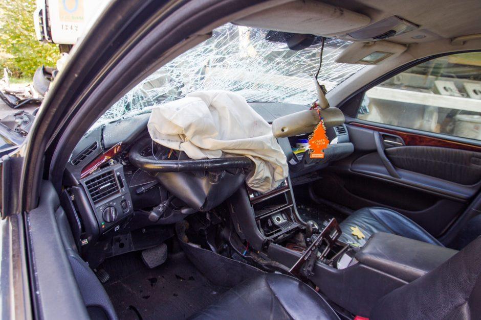 """Į nežymėta kelių policijos automobilį rėžėsi girtas """"Mercedes-Benz"""" vairuotojas"""