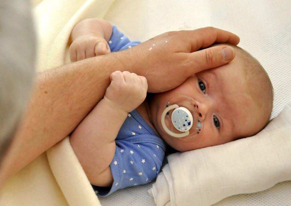 Siūlo nustatyti neperleidžiamas tėvystės atostogas: kokie privalumai ir rizikos?