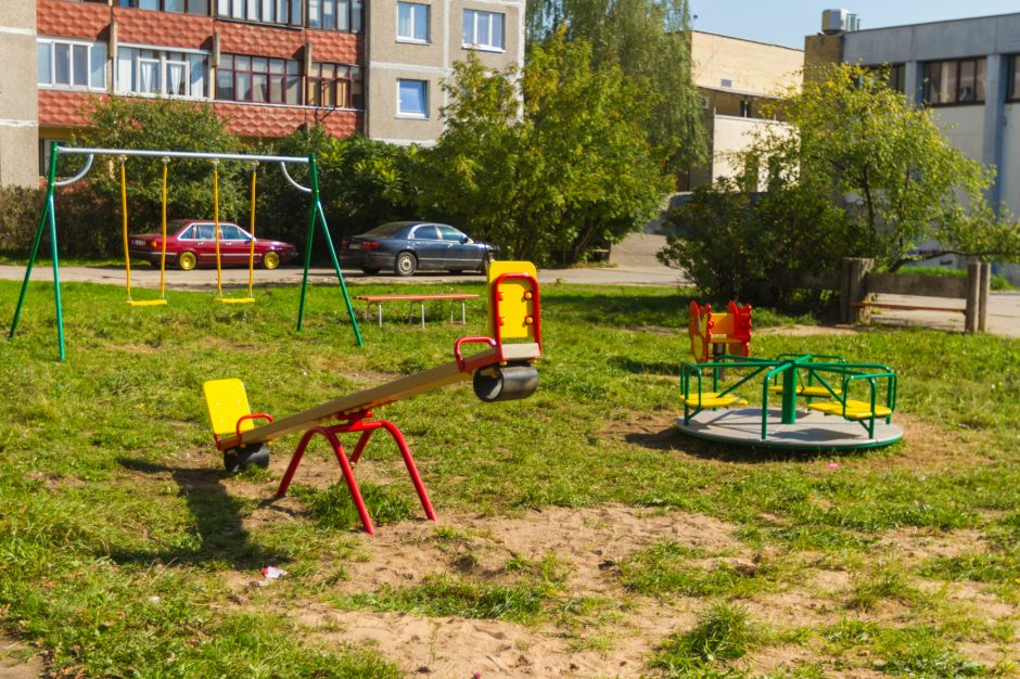 Užkliuvo vaikų žaidimo aikštelė: aplink šiukšlių konteinerius netvarkos mažiau