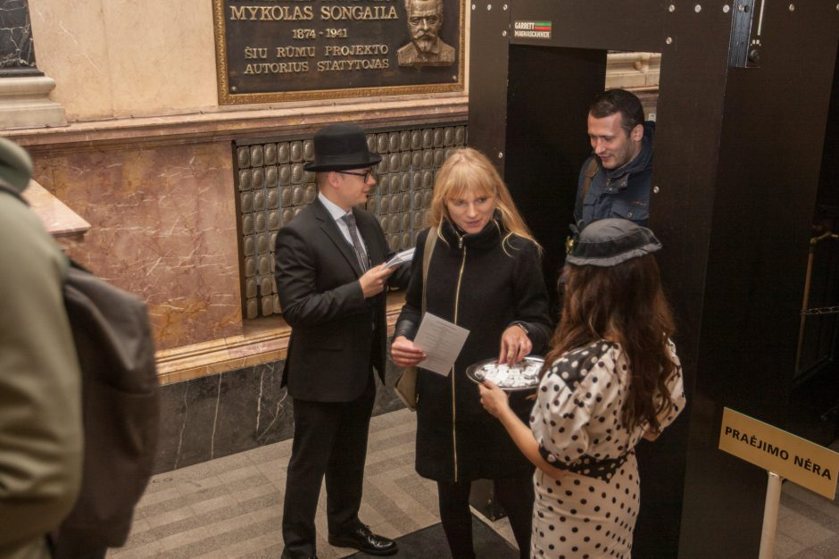 Atvirų durų diena Lietuvos banko rūmuose: ir stebėjosi šarvuočiais, ir tykojo grobio