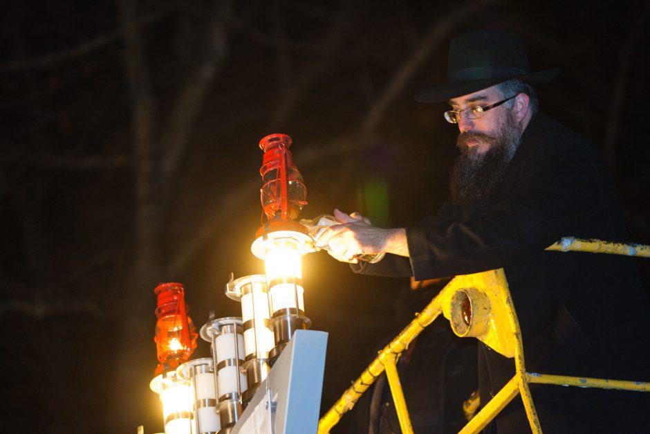 Žydai pradėjo švęsti Chanuką: sostinės V. Kudirkos aikštėje uždegta Didžioji Menora