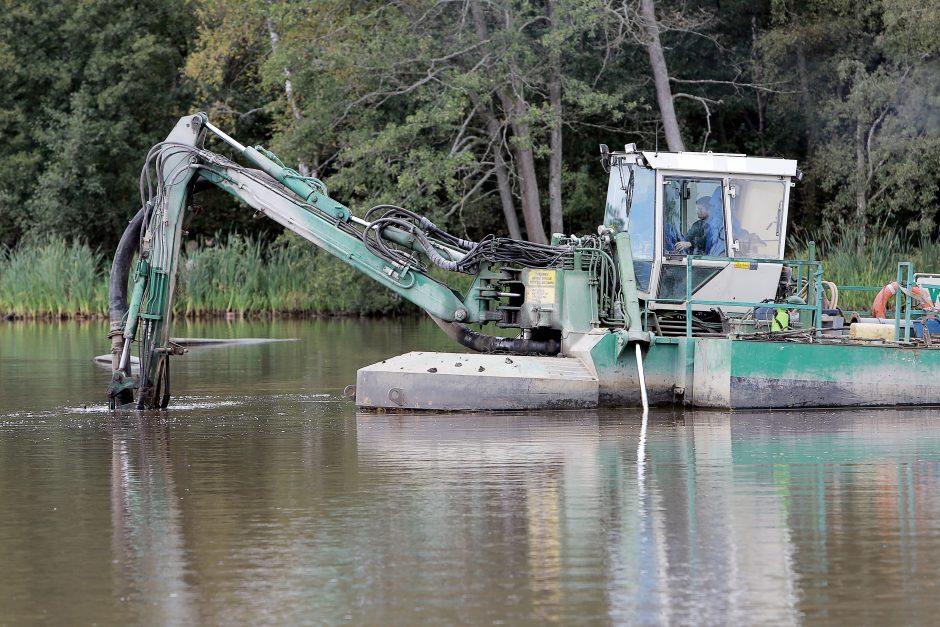 Iš Mumlaukio ežero vėl pumpuojamas dumblas