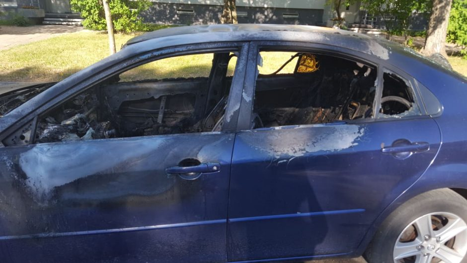 Gedminų gatvėje padegtas automobilis