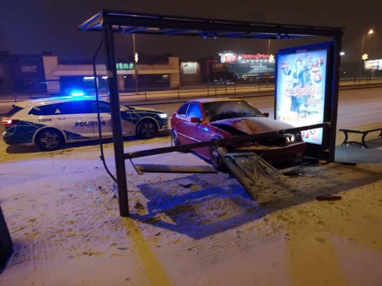 BMW vairuotojas nesuvaldė automobilio ir rėžėsi į stotelę