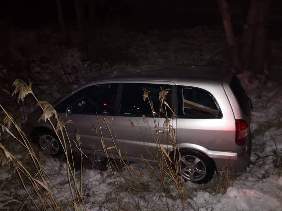 Girti vairuotojai nesuvaldė mašinų ir lėkė nuo kelio